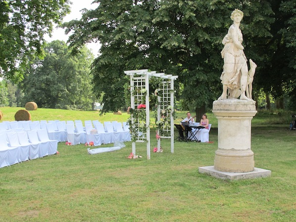 outdoor ceremony with arch and chair sashes_Risa_598x449